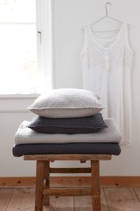 Barcelona-deco-cushion-plaids-naturel-antracite 2